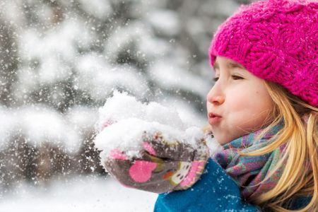 bambina gioca con la neve
